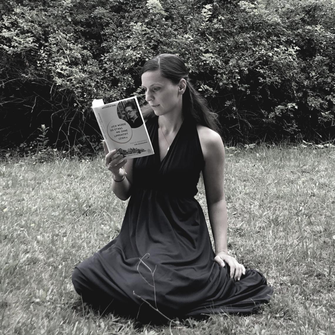Wie erschafft man eine Ikone? Eine, die das genau weiß und wie kein Zweiter umsetzt ist die Biografin Michaela Karl. Was eine Ikone ist und was dazu gehört, eine x-beliebige Schriftstellerin zu einer solchen zu machen, darum geht es heute bei Kultur im Buch. #Kultur #Buch #Literatur #Wissenschaft