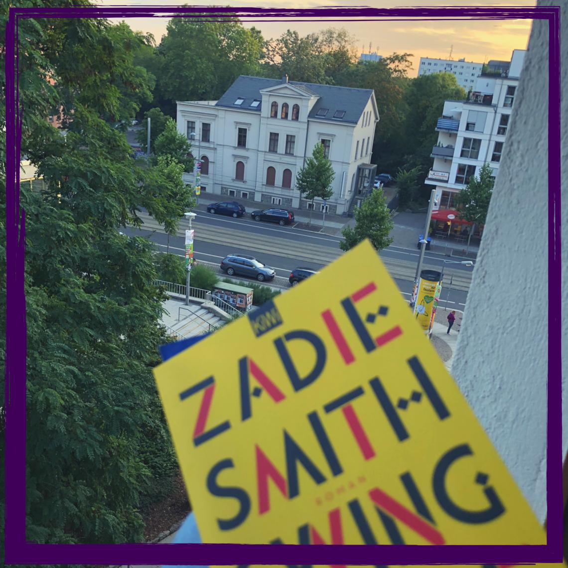 """Zadie Smiths """"Swing Time"""" ist genau die richtige Lektüre für laue Sommerabende auf dem Balkon. Dieses Buch kann man einfach nicht aus der Hand legen und die Geschichte hallt noch lange nach. #Buchtipp #lesen #Literatur"""